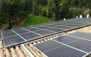 Panel fotovoltaico en campo de Golf